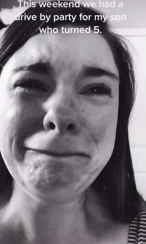 Una mamá llora porque solo un niño fue al cumpleaños de su hijo con síndrome de Down.