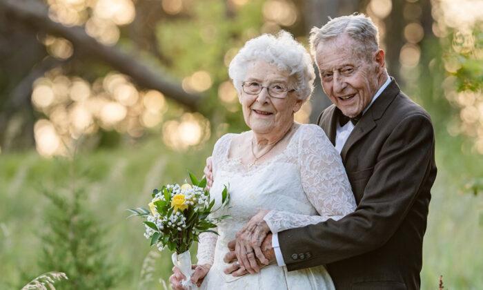 60 años de casados: una pareja celebra su aniversario de bodas con fotos y trajes originales.
