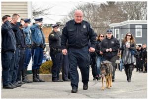 Perrito policía hace su último patrullaje antes de ser sacrificado y toda la ciudad sale a despedirlo.