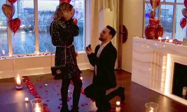 Un hombre pagó 10.000 libras para proponerle matrimonio a su novia en el Hotel Savoy.