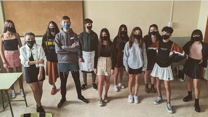 Estudiantes con faldas: jóvenes españoles protestan contra la homofobia y asisten a clase con falda.