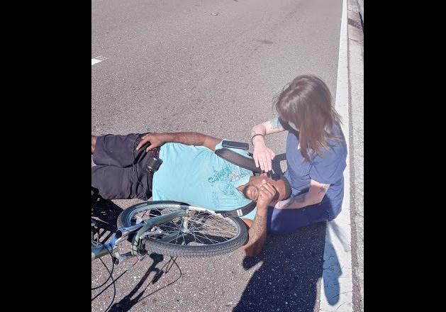 Una joven ayuda a una persona accidentada y define su vocación. Quiere ser bombero.