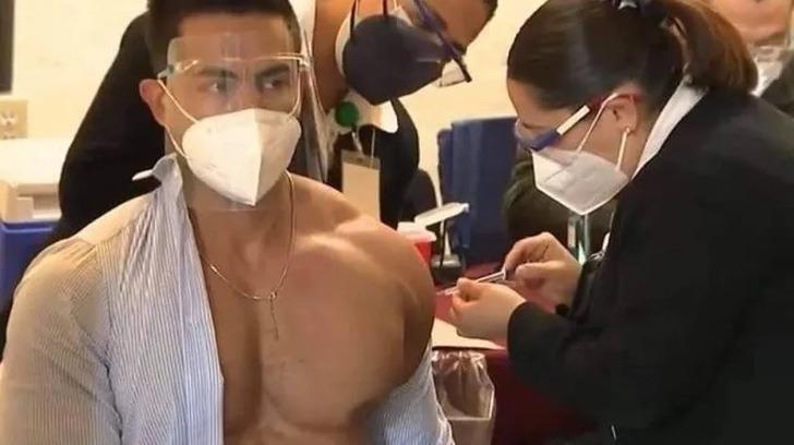 Un musculoso médico, se llevó todas las miradas, al momento de vacunarse y luego generó polémica.