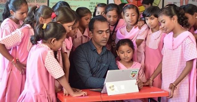 """Un maestro de India libera a las niñas del matrimonio infantil y recibe el premio """"Nobel de la Educación""""."""