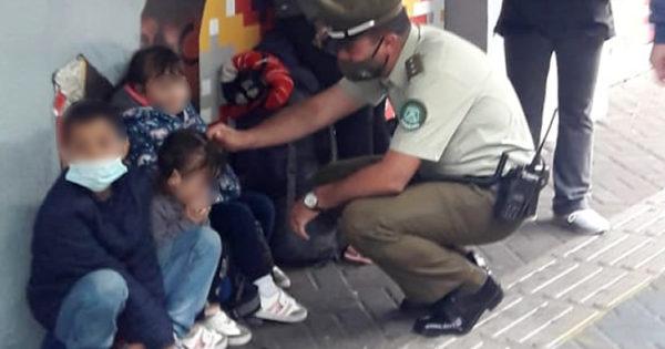Carabinero chileno ayuda a familia venezolana en situación de calle. Les lleva ropa y comida.