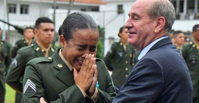 """Chica de 19 años rompe en llanto al graduarse como sargento: """"Dios me dio una profesión honorable""""."""