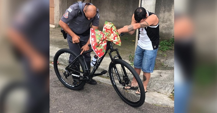 Policía le dona una bicicleta a repartidor de comida que no tenía transporte. Un generoso operativo.