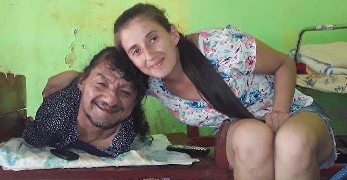Nació sin brazos y sin piernas, su esposa lo abandonó, pero igual pudo criar a sus hijas.