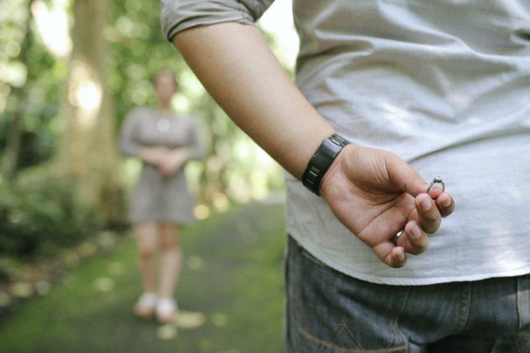 """Una novia rechaza un anillo de compromiso de $3000 por ser """"basura barata""""."""