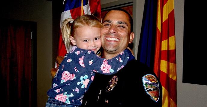Un policía rescató y adoptó a una niña maltratada por sus padres. Ahora tiene una familia de verdad.