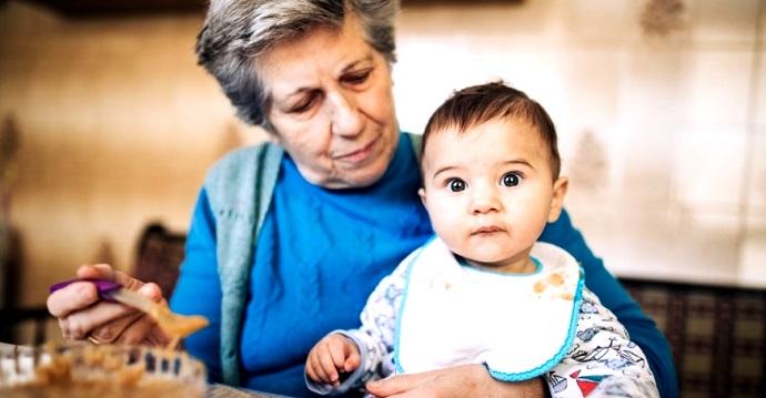 Síndrome de la abuela esclava: Ancianos obligados a cuidar de sus nietos. No tienen alternativa.