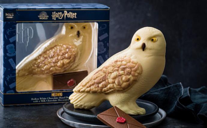 M&S lanza la gama de huevos de Pascua de Harry Potter que incluye al búho Hedwig en chocolate blanco.