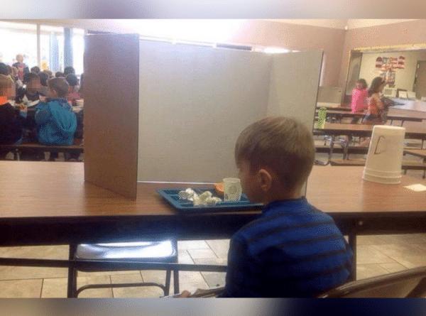 Llega a la escuela unos minutos tarde y lo aíslan de sus compañeros. Su madre, furiosa.