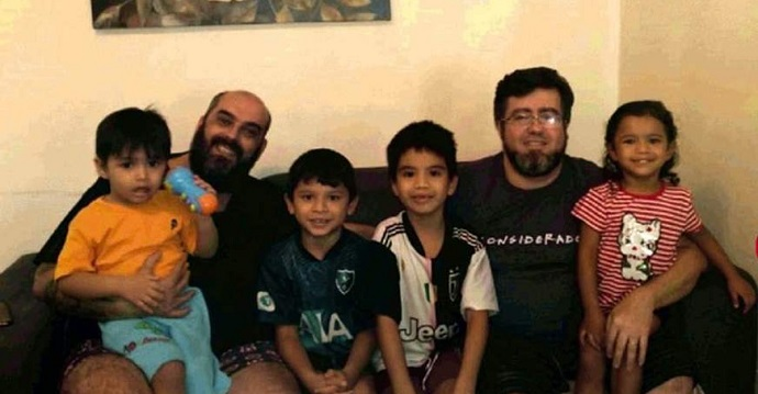 """""""Serán nuestros hijos para siempre"""". Una pareja homosexual adopta a 4 hermanitos huérfanos."""