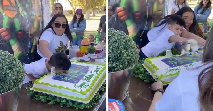Cumpleañero se enfurece con su tía cuando estrella su cara en el pastel.