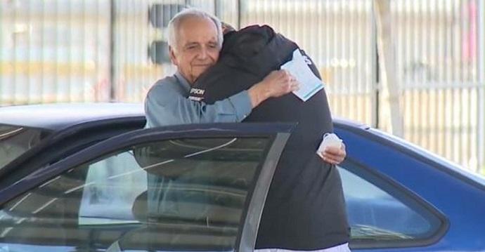 Un exalumno reúne 22000 dólares para su profesor que vive dentro de su auto.