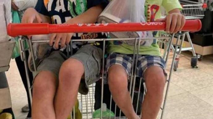 Regañan a una mamá en el supermercado por poner dos niños en el mismo carrito.