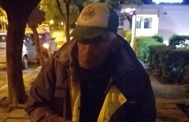 Piden ayuda para el abuelo Huguito. Lo estafaron y vive en la calle.