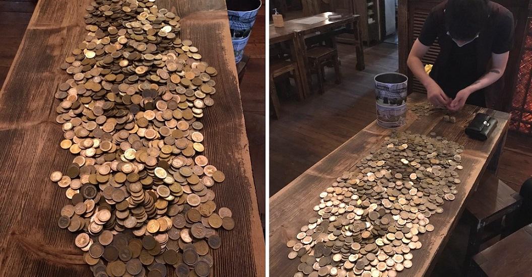 Es repartidor de comida en Alemania y reunió más de 2000 euros en propinas. ¡Todo en monedas!
