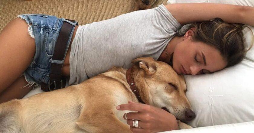 Las mujeres duermen mejor al lado de un perro, que al lado de un hombre.