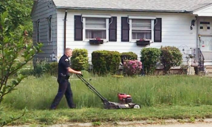 Un policía corta el césped de una mujer de 73 años cuando ve que la invade la maleza.